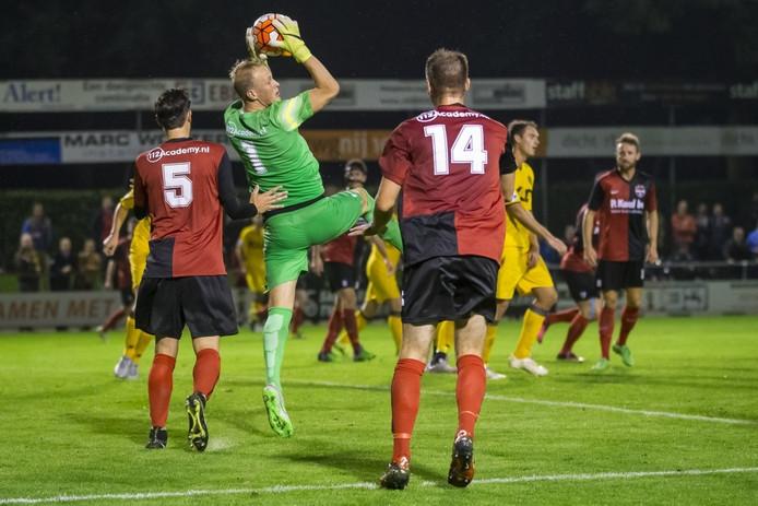 De Treffers-doelman Niels Kornelis brengt redding in de KNVB-beker tegen Roda JC.