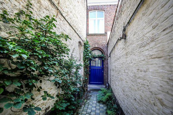 Aan de voordeur van het huis in de Dweersstraat 20.