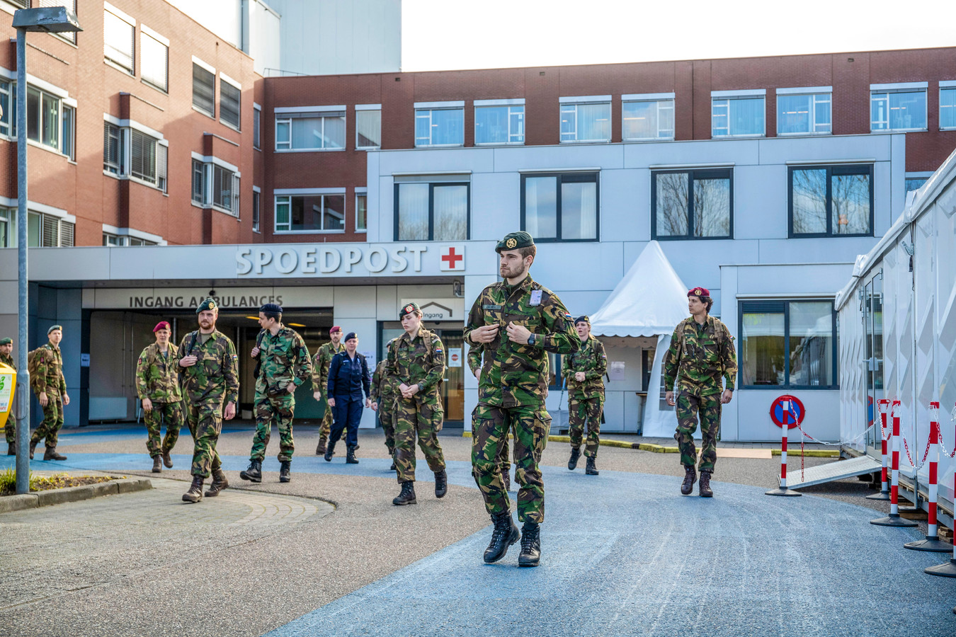 Defensiepersoneel arriveert bij Ziekenhuis Gelderse Vallei om te helpen bij coronacrisis.