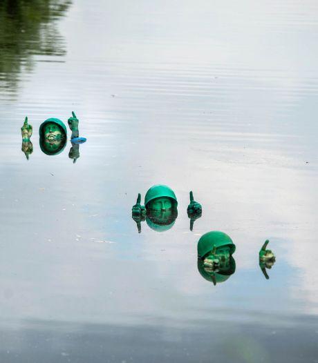 Watertrappelende soldaatjes houden hoofd maar net boven water in Wijchense Meer