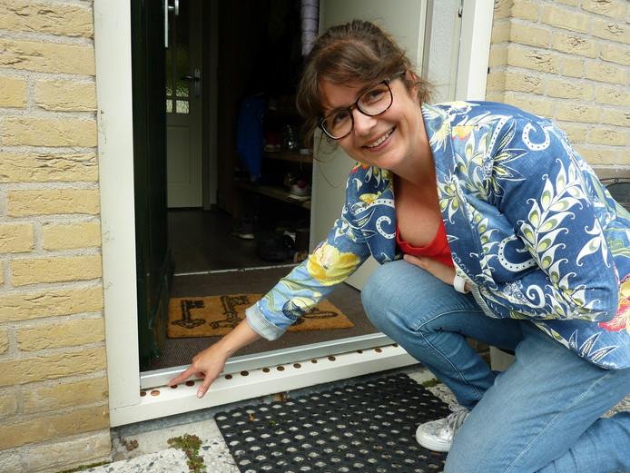 Met stuivers op de drempel probeert Sabine van Tol uit Nieuwveen het draaigatje buiten de deur te houden.
