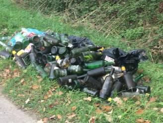 Man of vrouw met groot drankprobleem dumpt tientallen lege flessen porto in berm
