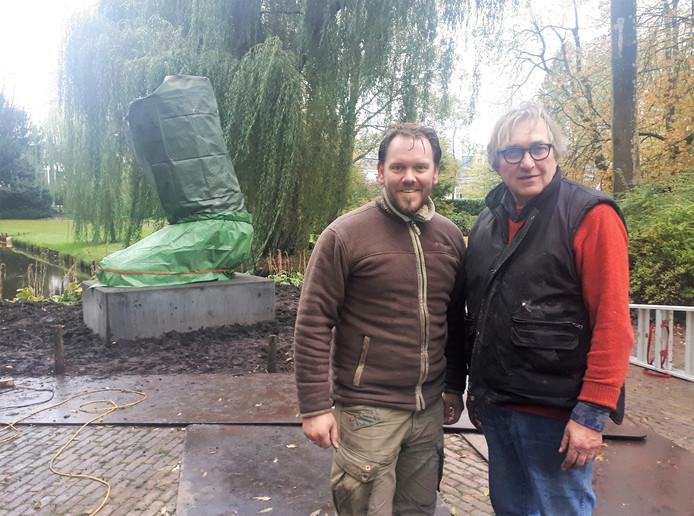 Léon Vermunt (rechts) en Ruben van de Ven hebben  het kunstwerk d'Ouwe Sok dinsdag op de sokkel geplaatst. Het kunstwerk is bedekt met doeken tot de onthulling maandag 5 november.