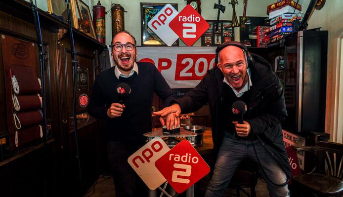 Dj's Wouter van der Goes en Frank van 't Hof drukken samen een knop in als start van de stemperiode.