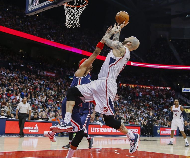 Paul Pierce, forward van de Wizards, verdedigt op Hawks-forward Pero Antic.