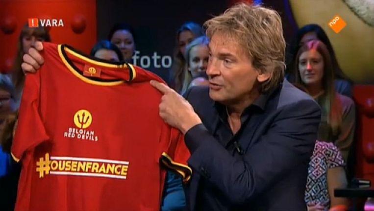 Matthijs van Nieuwkerk met het shirt uit het troostpakket Beeld Screenshot