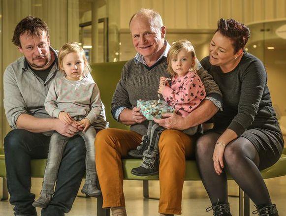 De familie Verheijen, met de dokter die ervoor zorgde dat Lise nog een tweelingzus heeft.