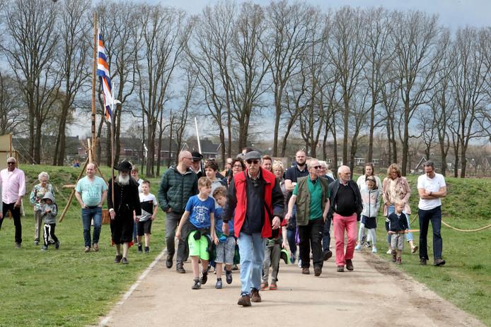 Een groep wandelaars bezochten Fort de Roovere onder leiding van een ervaren gids.