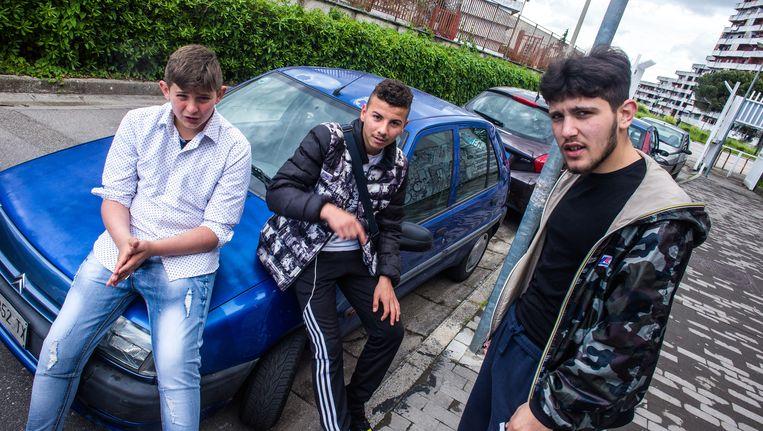 Jongeren in de Napolitaanse wijk Scampia, waar de serie Gamorra zich afspeelt. Beeld Nicola Zolin