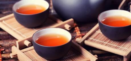 Schenk geen wijn maar thee bij het kerstdiner: 'Veel zachter voor je buik'