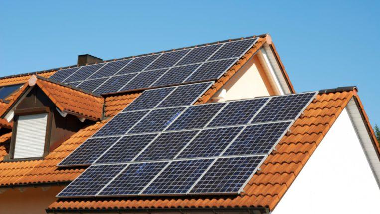 Volgens Aedes is het gebruik van zonne-energie niet alleen goed voor het milieu, maar kan de energierekening van huurders er ook door omlaag. Beeld null