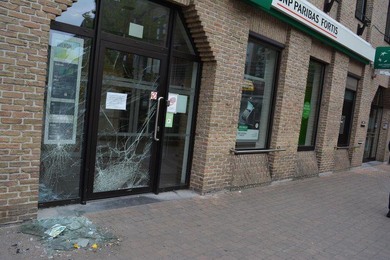 Het glas van de toegangsdeur en het venster is verbrijzeld.