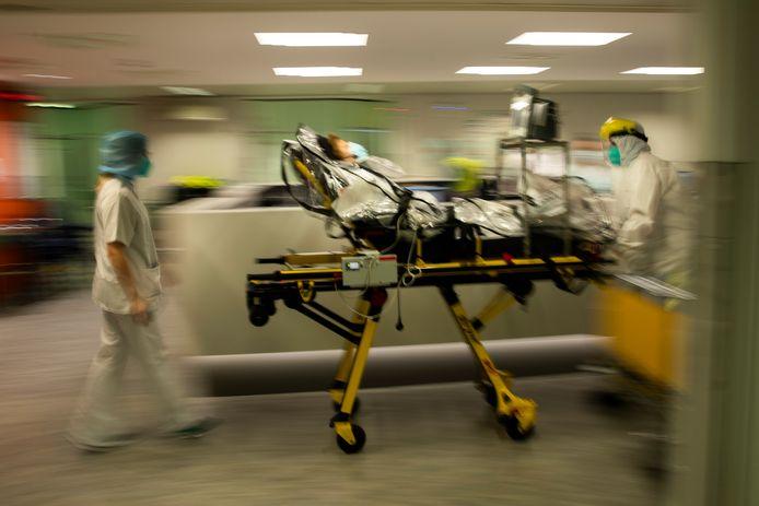 Een Covid-19-patiënt wordt vanuit het ziekenhuis van Luik overgebracht naar een ander ziekenhuis omdat er te weinig ruimte is.