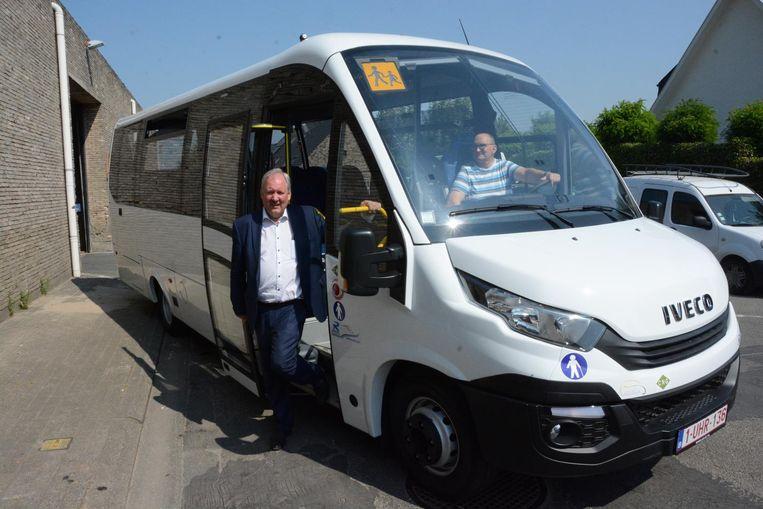 Gisteren werd een nieuwe schoolbus geleverd die rijdt op aardgas, de allereerste in ons land.