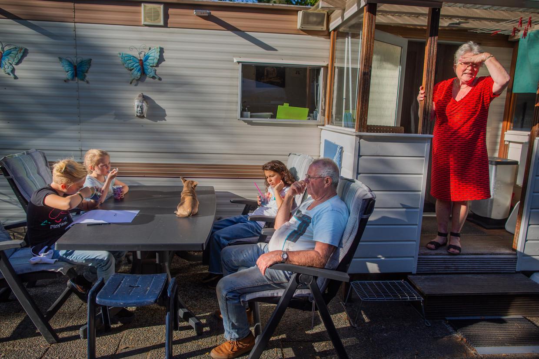 Frans (75) en Paula (67) van Golberdinge komen al drieëndertig jaar op Camping De Paalberg in Ermelo. Kleinkinderen schuiven aan.