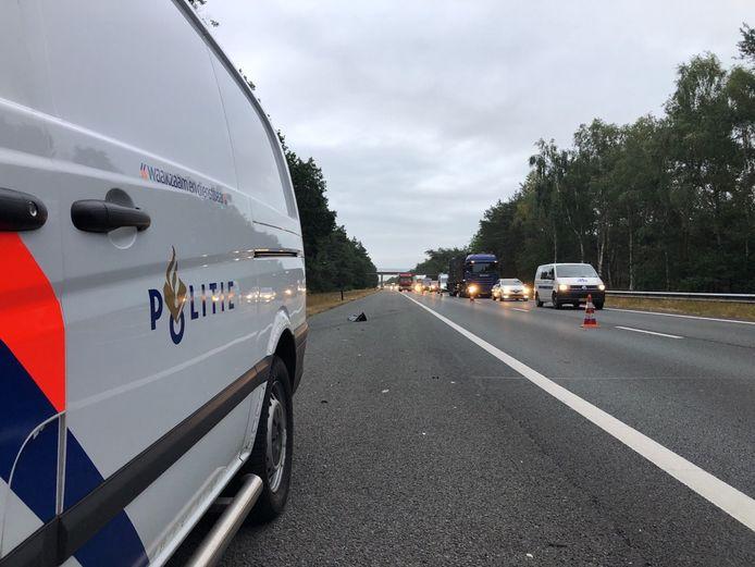 Een rijstrook van de A28 bij Hulshorst is afgesloten vanwege politie-onderzoek. De file groeit gestaag.