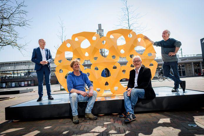De betrokkenen bij de tijdelijke beeldentuin in Hengelo, vlnr wethouder Bas van Wakeren, Graddus Strobos die onderdelen aan elkaar laste, Jan Noltes (HeArtPool) en kunstenaar Rinus Roelofs.