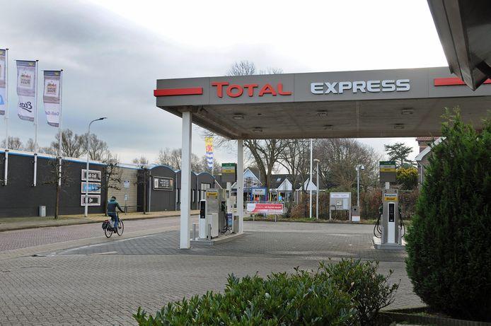 Nu staat er nog een tankstation, maar straks verrijzen er vier nieuwe huizen op het stuk grond aan de Burghseweg.