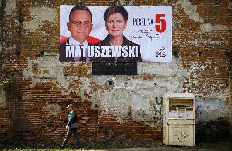Verkiezingsposter in Polen van de rechts-conservatieve partij Recht en Rechtvaardigheid. Beeld reuters