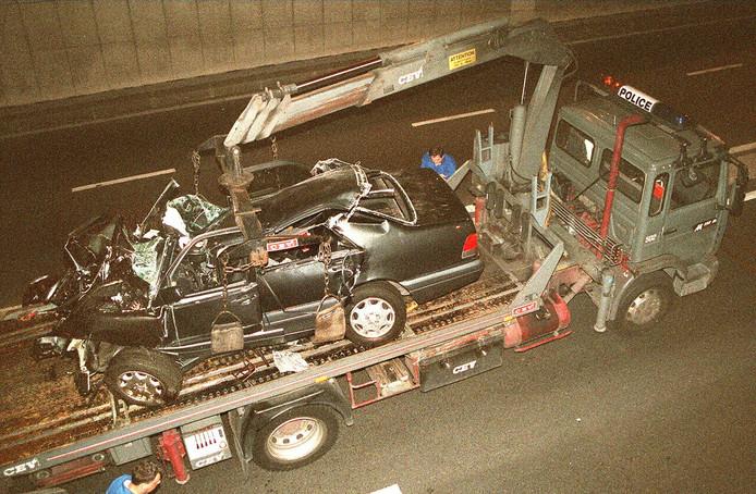 De auto van prinses Diana wordt uit de tunnel gesleept.