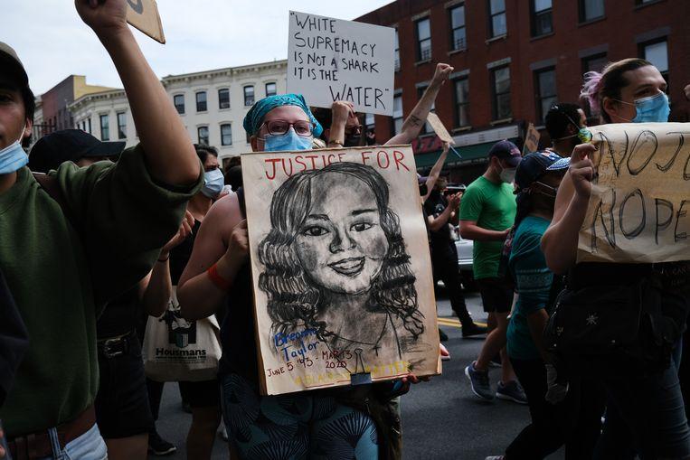 Iemand demonstreert met een bord van Breonna Taylor, een 26-jarige vrouw die omkwam door politiegeweld. Beeld Getty Images