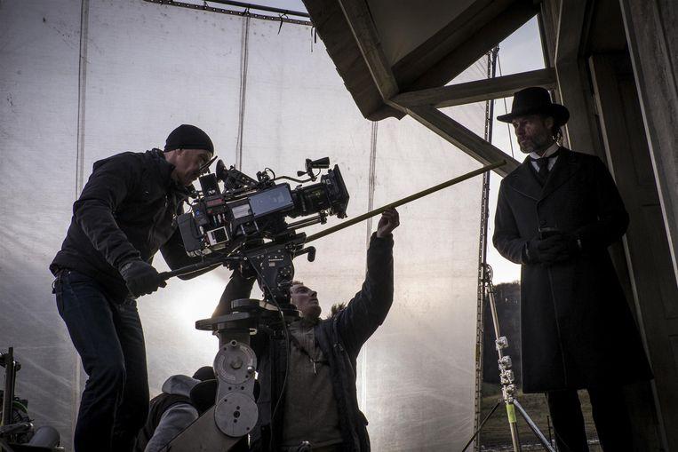 Opname van een scène met Guy Pearce op de filmset van Brimstone. Beeld Philippe Antonello