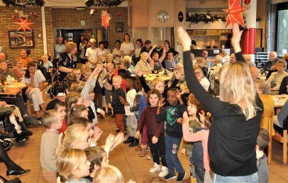 Ook enkele kinderen van de Sint-Hubertusschool kwamen op het nieuwjaarsbal voor de sfeer zorgen.