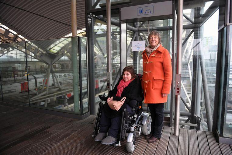 Dorien Meulenijzer en Mieke Vandermotte bij een van de defecte liften die uitgeven op de perrons.
