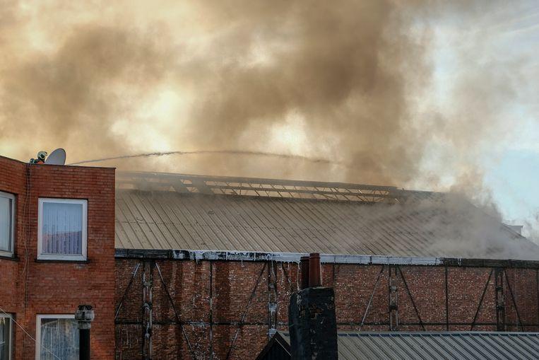 Het pand ligt ingesloten, de brandweer moest van op de aanpalende daken blussen.