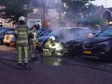 Geparkeerde auto vliegt in brand bij haven in Bunschoten