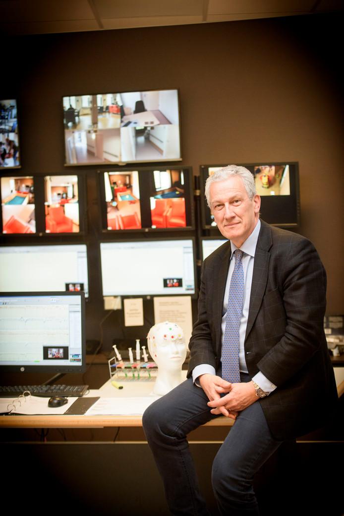 Paul Boon in de onderzoeks-kamer van instituut Kempenhaeghe waar proefpersonen worden geobserveerd.