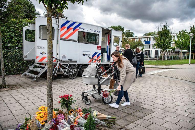 Mensen leggen bloemen op de plek waar Derk Wiersum is doodgeschoten. Beeld Guus Dubbelman / de Volkskrant