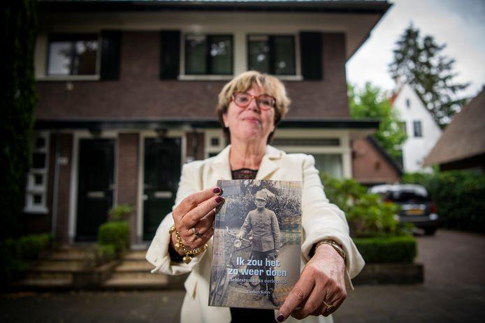 """Anneke Tirion uit Oosterbeek met het boek dat haar vader Gerben Koers schreef. ,,Toen ik begon te lezen, pakte het verhaal me gelijk."""""""