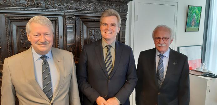 Van links naar rechts: Wim Geul, Rob Welten en Hans Pol eerder dit jaar bij de bekendmaking van de straatnaamborden voor de vergeten regimenten.