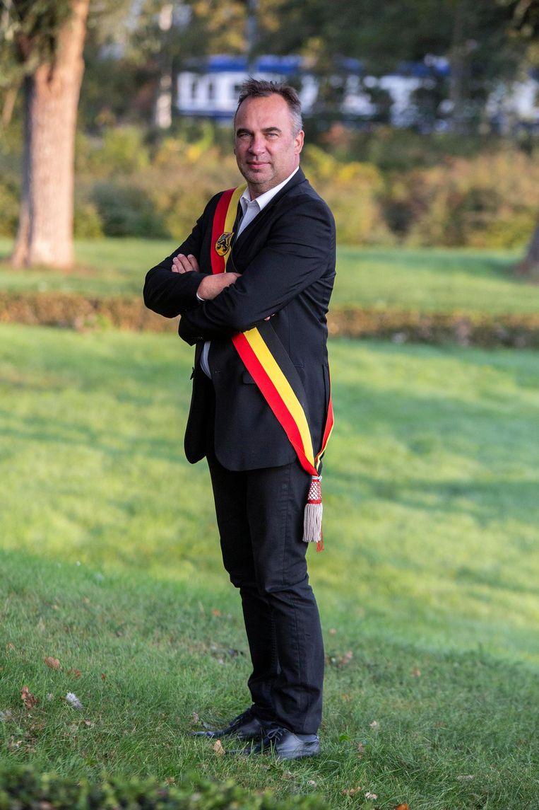 Burgemeester Francis Benoit behoudt liever de sjerp in de Belgische kleuren.