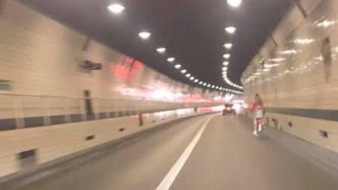 Fietsster bolt rustig door Waaslandtunnel