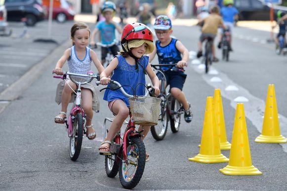 Enkele leerlingen fietsen door de Boonwijk, de buurt werd verkeersvrij gemaakt.