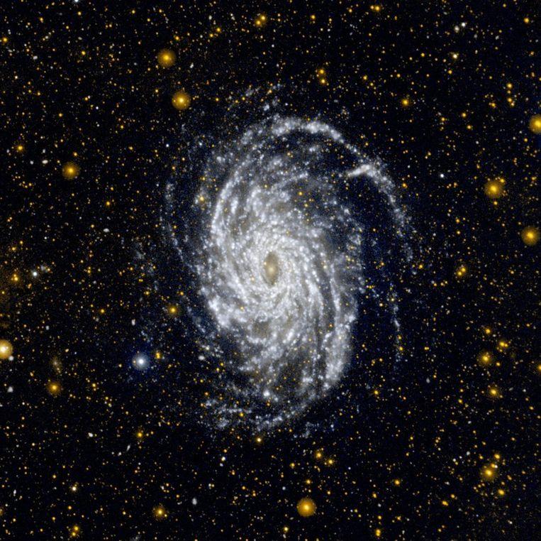 Dit is de NGC 6744. Dit sterrenstelsel ligt 30 miljoen lichtjaar van de Aarde verwijderd en is een van de meest op de Melkweg lijkende sterrenstelsels. Deze afbeelding toont de enorme omvang van de pluizige spiraalvormige armen van het sterrenstelsel. Ook is te zien dat zelfs in de buitengebieden van het stelsel stervorming optreedt. Beeld epa