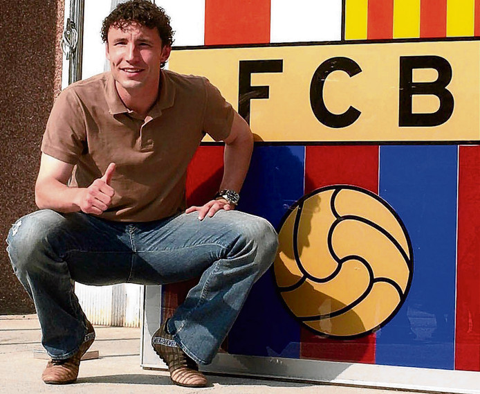 Mark van Bommel tekende in 2005 een contract voor drie jaar bij FC Barcelona.
