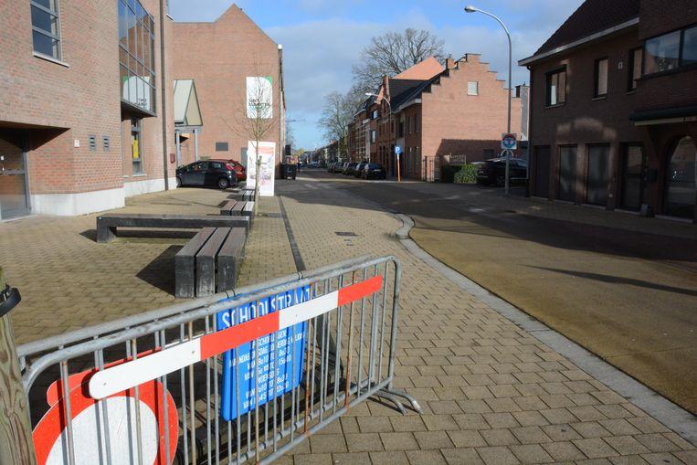 De borden staan al klaar en vanaf maandag 11 maart zal de straat bij het begin en einde van de school worden afgesloten.