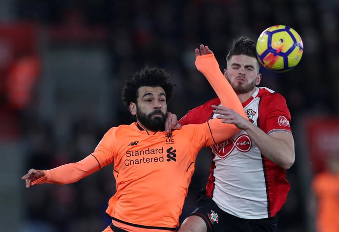 Wesley Hoedt probeert Mohamed Salah af te stoppen.