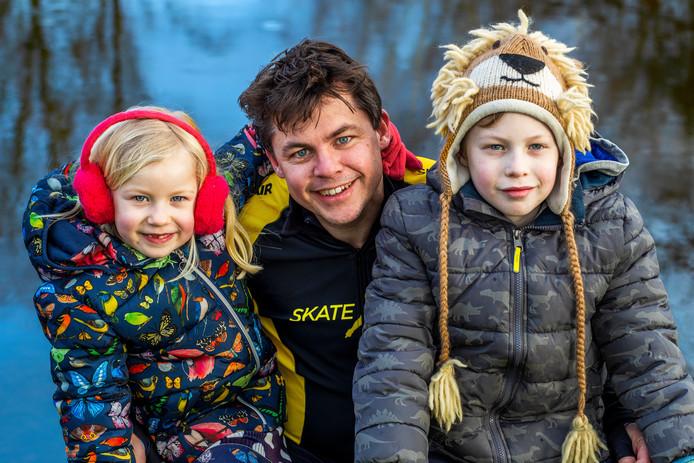 Thomas Veltman(42), deelnemer aan de Alternatieve Elfstedentocht met zijn zoontje Simon (9) en dochtertje Hanna (6).