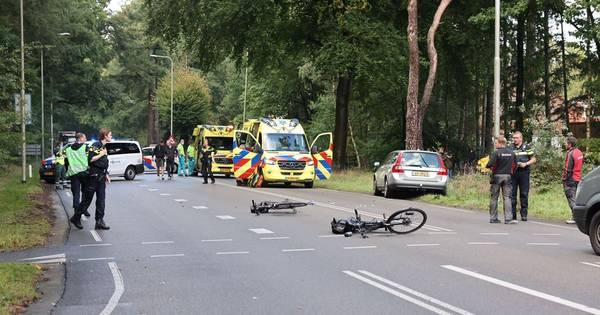 Fietsster zwaargewond na aanrijding tussen Nunspeet en Elspeet.