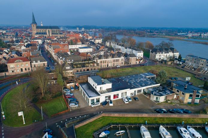 Toyota-garage Westerhof aan de Buitenhaven in Kampen stopt. Het bedrijf bestaat al vanaf 1933. Daarachter de vervallen Kamper Glashandel en Stadsvilla.