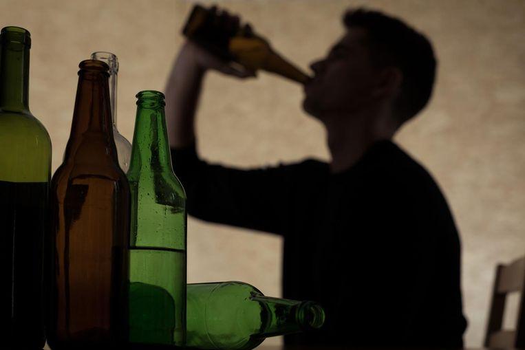 Illustratie: jongeman drinkt alcohol