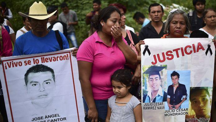 Nabestaanden van de 43 vermiste studenten tijdens een demonstratie.