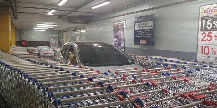 Een Peugeot 208, ingesloten door winkelwagentjes
