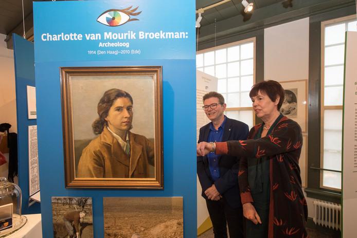 Archeologe Charlotte van Mourik Broekman kreeg een plakje in de expositie 14 Opmerkelijke vrouwen van Rhenen. Haar zoon Olivier Delfin bracht samen met zijn partner Annemiek Verhoogt een bezoek aan de tentoonstelling.