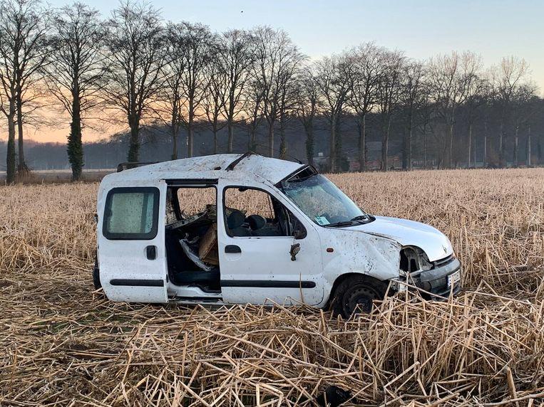 De bestelwagen kwam in een veld terecht naast de snelweg.