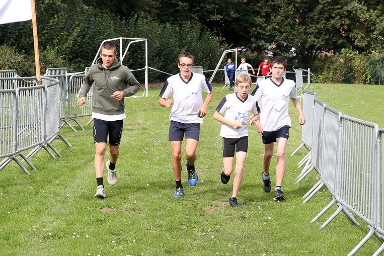 De leerlingen van de secundaire scholen liepen hun veldloop op de campus van het Don Bosco Instituut.